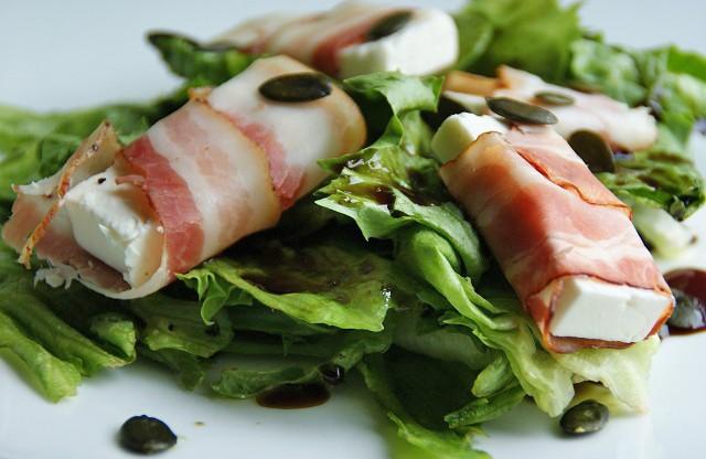 ziegenkaese-im-speckmantel-auf-gruenem-salat.jpg