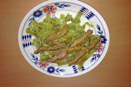 gruene-nudeln-mit-gebratenen-rindfleischstrecken.jpg