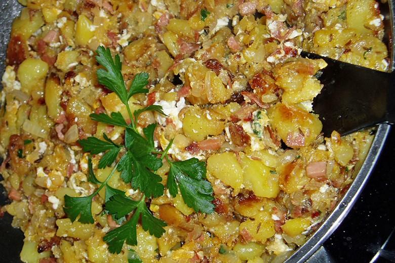 tiroler-groestel-mit-ei-und-salat.jpg