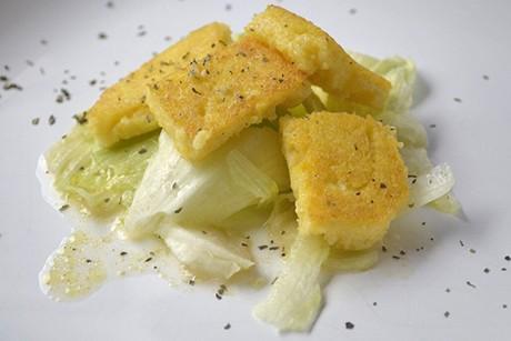 gebratener-knoblauchpolenta-auf-salat.jpg