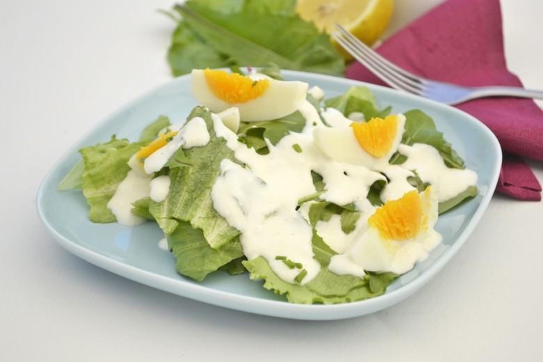 gruener-salat-mit-ei-und-loewenzahn.jpg