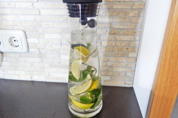 Erfrischendes Zitronenwasser
