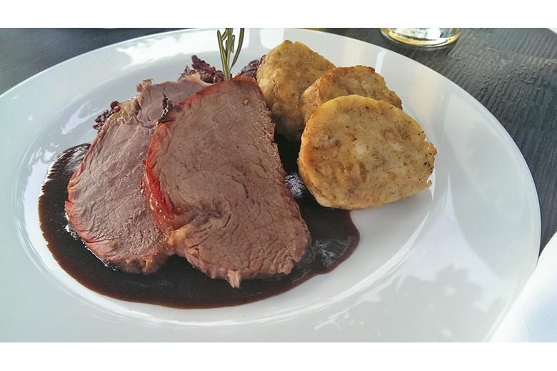 gegrillter-ochse-mit-rotkraut-und-serviettenknoedel-auf-rotweinsauce.jpg