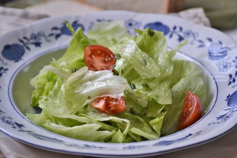 gruener-salat-mit-kraeuter.jpg