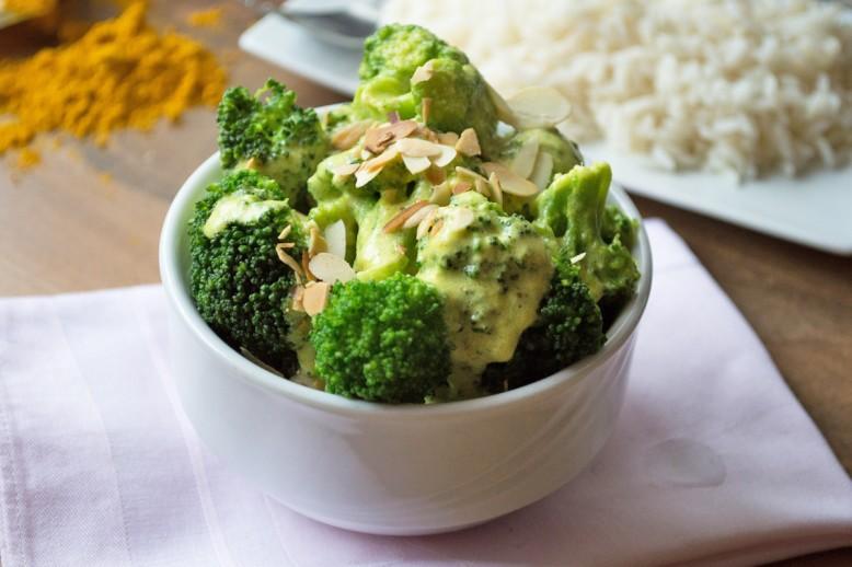 brokkoli-mit-mandelblaettchen-und-currycreme.jpg
