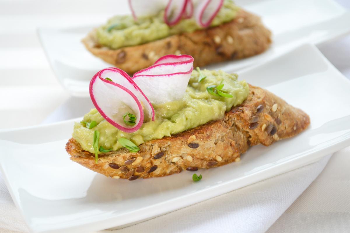 kraeuter-crostini-mit-avocado.jpg