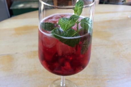 aromatische-erdbeer-bowle-mit-minze.png