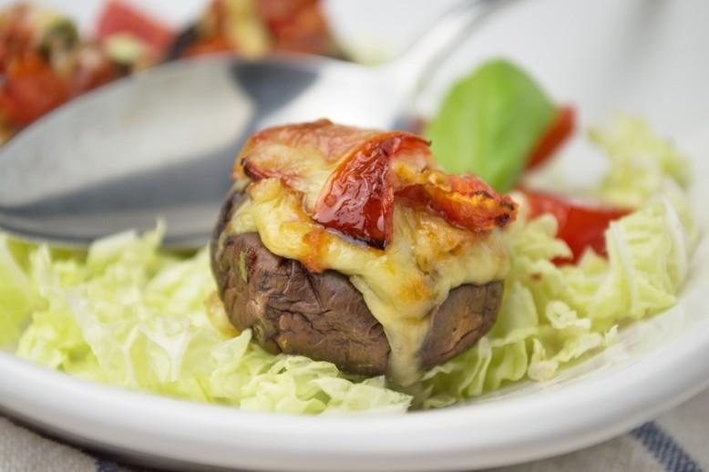 gefuellte-champignons-mit-mozzarella-und-tomaten.jpg