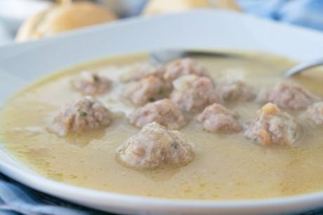 zwiebelsuppe-mit-huehnerkloesschen.jpg
