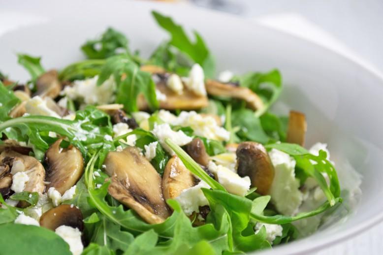 sommerlicher-rucola-salat-mit-champignons.jpg