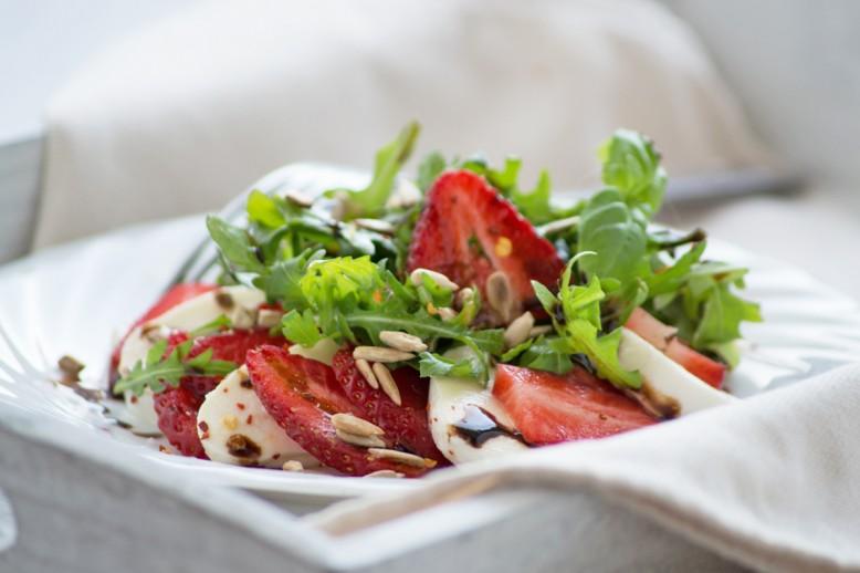 mozzarella-rucola-erdbeeren-salat.jpg