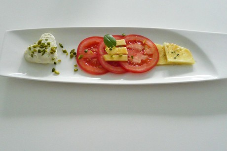 carpaccio-von-tomate-und-ananas-mit-moevenpick-pistazie-weisse-schokolade.jpg