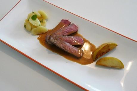 steak-mit-gnocchi-bratapfel-und-vanilla-toffee-fudge-sauce.jpg