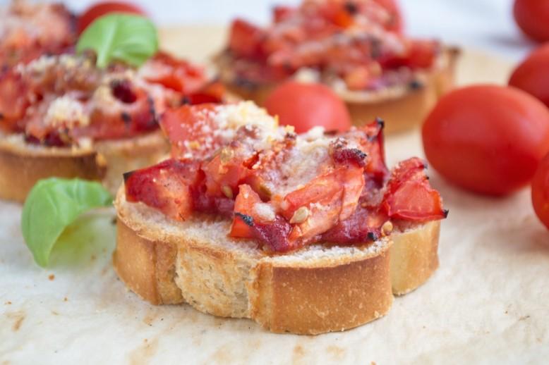 ueberbackene-brote-mit-tomaten.jpg