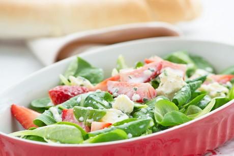 vogerlsalat-mit-erdbeeren-auf-blauschimmel-joghurt-dressing.jpg
