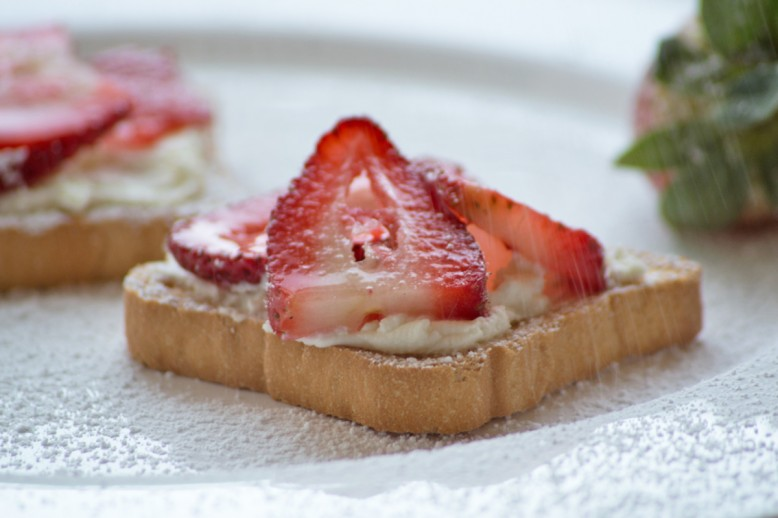 kokos-zwieback-snack-mit-erdbeeren.jpg