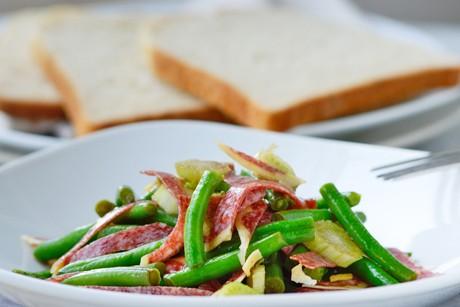 frischer-fisolen-salat-mit-salami.jpg