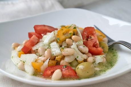 griechischer-bohnensalat-mit-tomaten-und-oliven.jpg