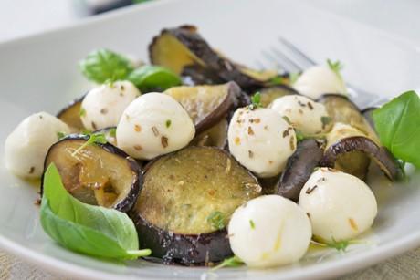 italienischer-mozzarellasalat-mit-melanzani.jpg