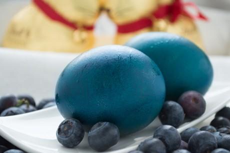 blaue-ostereier-farben-mit-heidelbeere.jpg