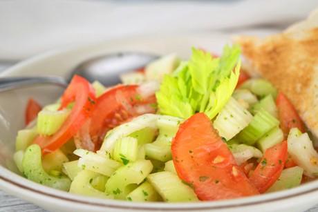 stangensellerie-salat-mit-tomaten.jpg
