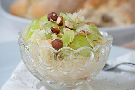 sauerkrautsalat-mit-weintrauben.jpg
