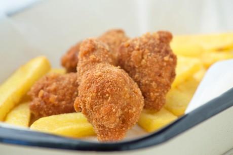 chicken-nuggets-mit-selbstgemachten-pommes-frites.jpg