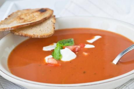 scharfe-tomaten-ingwersuppe-mit-brotchips.jpg