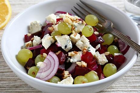 rote-beete-salat-mit-kaese-und-walnuessen.png