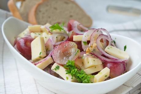 kaesesalat-mit-trauben-und-nuessen.jpg