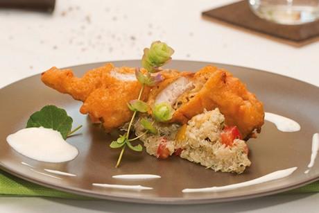 karpfen-im-polenta-bierteig-auf-quinoa-salat.jpg