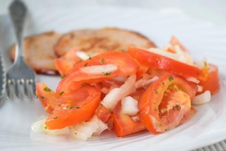 tomatensalat-mit-zwiebeln.jpg