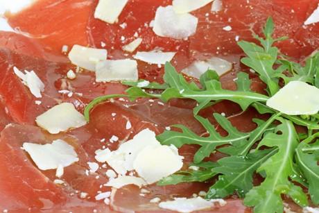 carpaccio-vom-rind-mit-rucola-und-parmesan.jpg