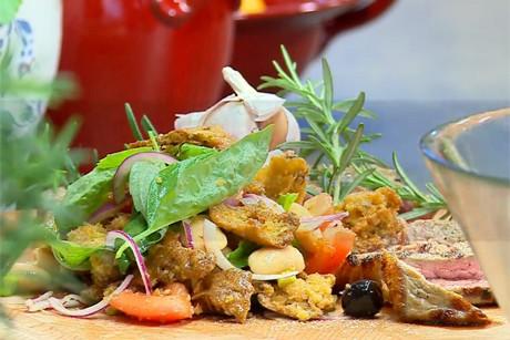 tomaten-brot-salat-und-gegrillte-steakstreifen.jpg