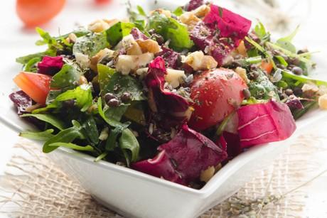 bunter-salat-mit-geroesteten-walnuessen-und-belugalinsen.jpg