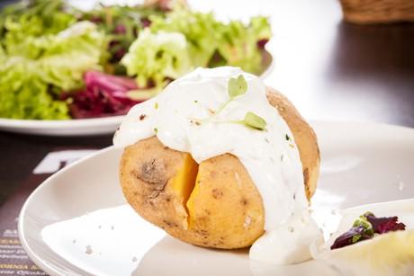 gebackene-kartoffel-mit-sour-cream.jpg