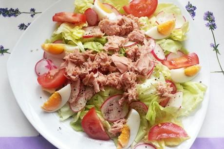 gruner-salat-mit-ei-und-thunfisch.jpg