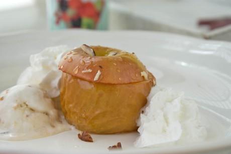 bratapfel-mit-eis-und-marmelade.jpg