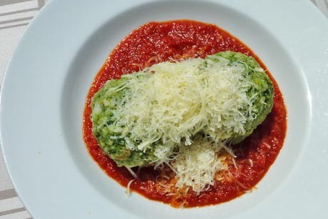spinatknodel-auf-tomatenragout.jpg