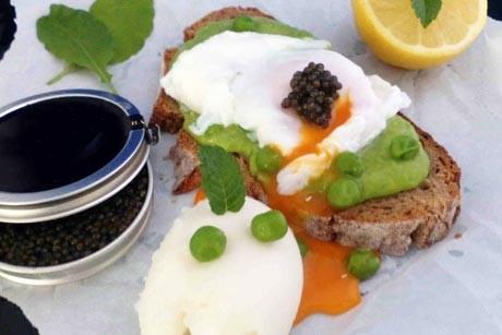 zitronensorbet-von-movenpick-mit-erbsenmoussebrot-pochiertem-ei-und-kaviar.jpg