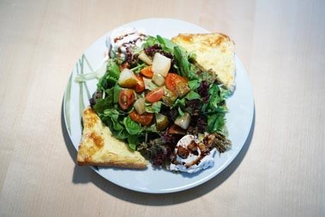 sommerlicher-walnusseis-salat-mit-karamellisierten-birnen-und-nussigen-toastecken.jpg