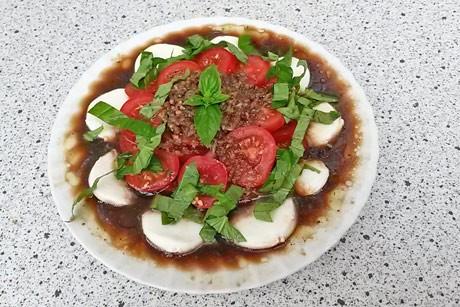 tomaten-mit-mozzarella-und-knoblauch.jpg