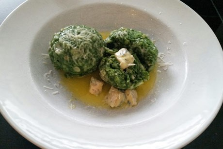 spinatknodel-mit-flussigem-gorgonzolakern.jpg