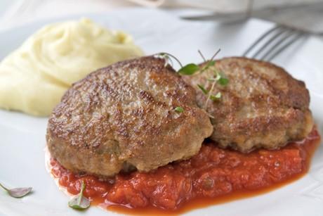 faschierte-laibchen-mit-kartoffelpuree-und-tomatensauce.jpg