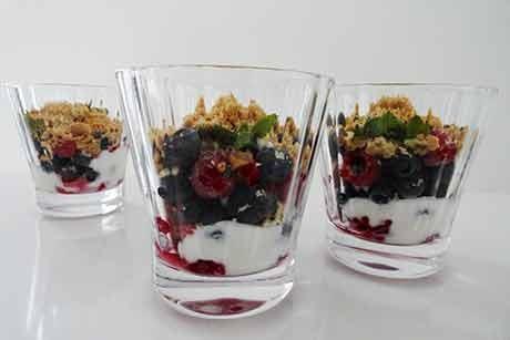 joghurt-mit-nuessen-und-heidelbeeren.jpg