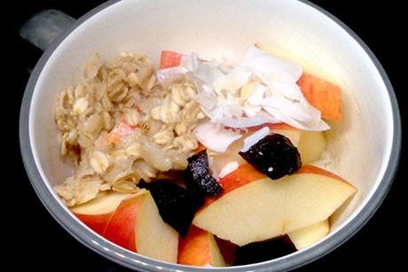 musli-mit-dinkelmilch-kokos-dorrpflaumen-und-apfel-a-la-kulturfuchs-vegane-kuche.jpg