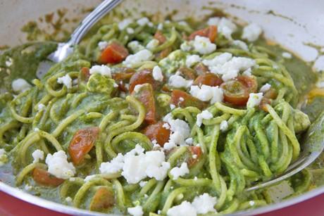 nudeln-mit-spinat-feta-tomaten-sauce.jpg