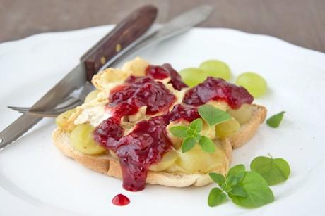weintrauben-camembert-toast.jpg