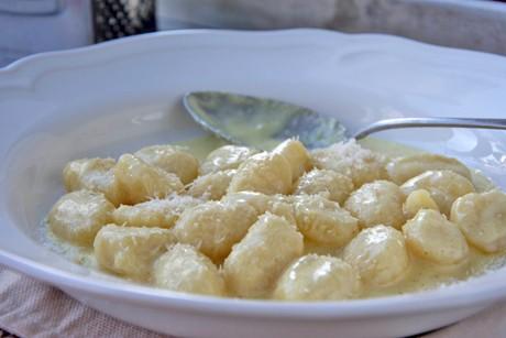 gnocchi-mit-kaese-knoblauch-sauce.jpg