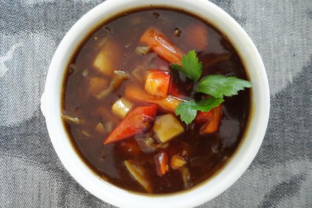 Chinesische Gemüsesuppe mit Sprossen und Tofu